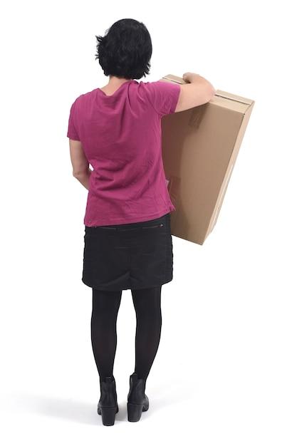 Retrovisione della donna con il pacchetto su fondo bianco Foto Premium