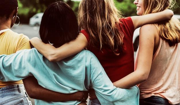 Retrovisione di un gruppo di diversi amici della donna che camminano insieme Foto Gratuite