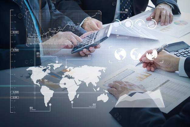 Revisione di un report finanziario nella restituzione dell'analisi degli investimenti Foto Premium