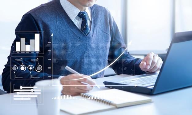Revisione di un report finanziario per il ritorno sull'analisi degli investimenti Foto Premium