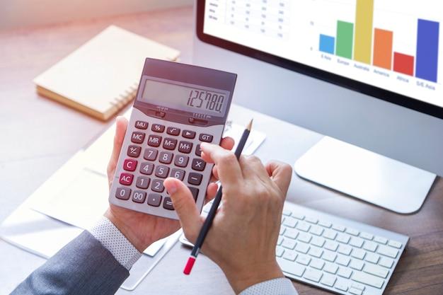 Revisione di una relazione finanziaria in analisi di ritorno sugli investimenti Foto Premium