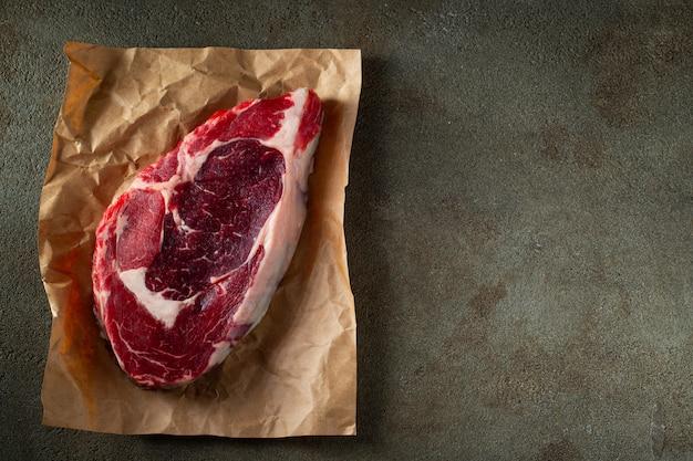 Ribeye di bistecca, grigliato con pepe e aglio. Foto Premium