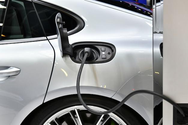 Ricarica del veicolo elettrico in una stazione Foto Premium