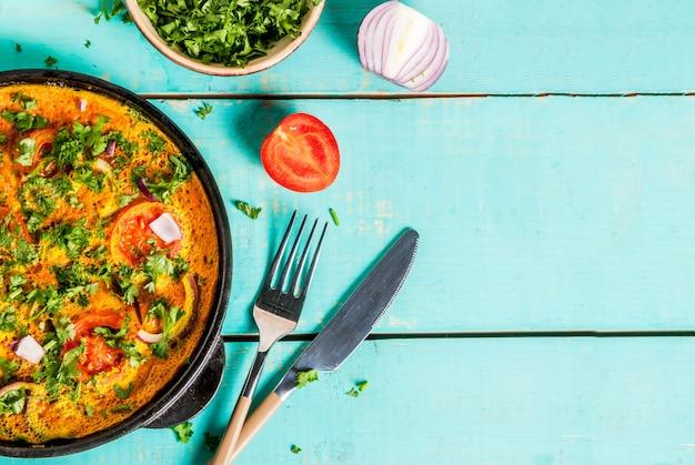 Ricette alimentari indiane, omelette all'uovo masala indiana, con verdure fresche Foto Premium