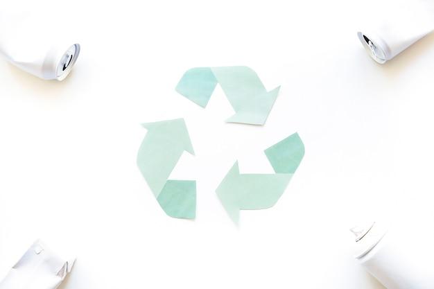 Riciclare il logo con la spazzatura negli angoli Foto Gratuite