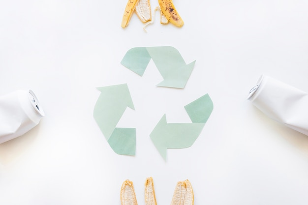 Riciclare il logo con la spazzatura Foto Gratuite
