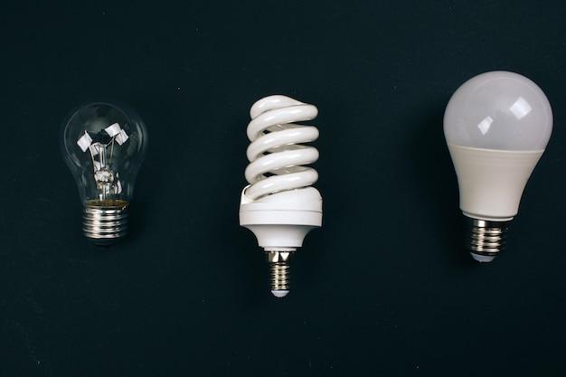 Riciclare, riutilizzare, ridurre il concetto. proteggi un ambiente. diverse lampadine monouso nella fila, vista dall'alto. rifiuti elettrici monouso Foto Premium