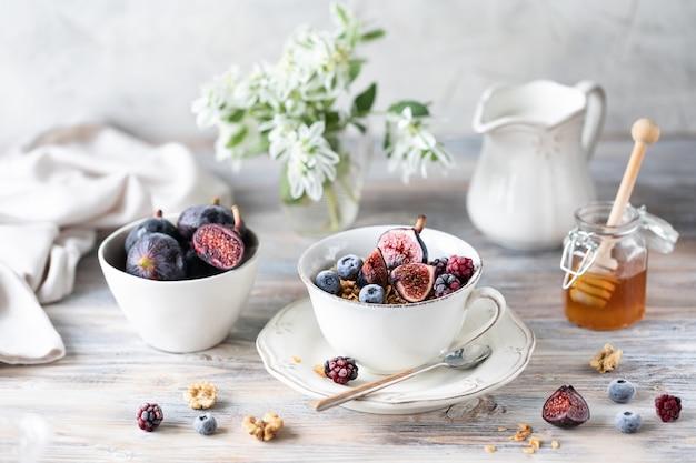 Ricotta con fichi, bacche, miele e tazza di caffè con caffettiera Foto Premium