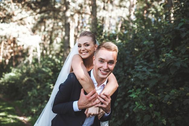 Ridendo coppia di nozze nel parco Foto Gratuite