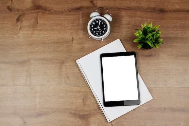Ridurre in pani digitale con lo schermo in bianco e taccuino sullo scrittorio di legno Foto Premium