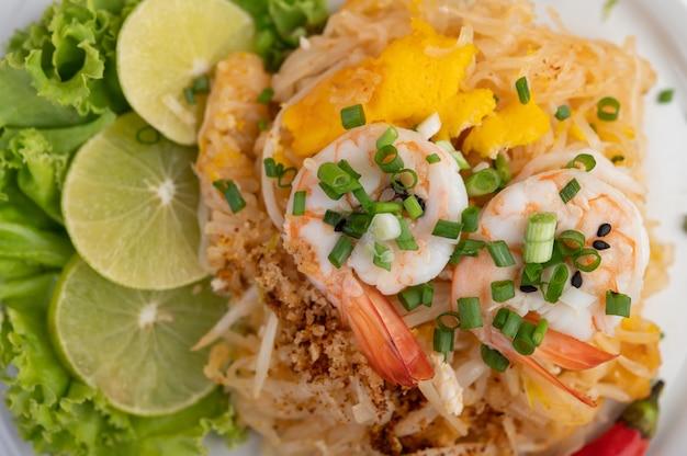 Riempia il gamberetto fresco tailandese in un piatto bianco. Foto Gratuite