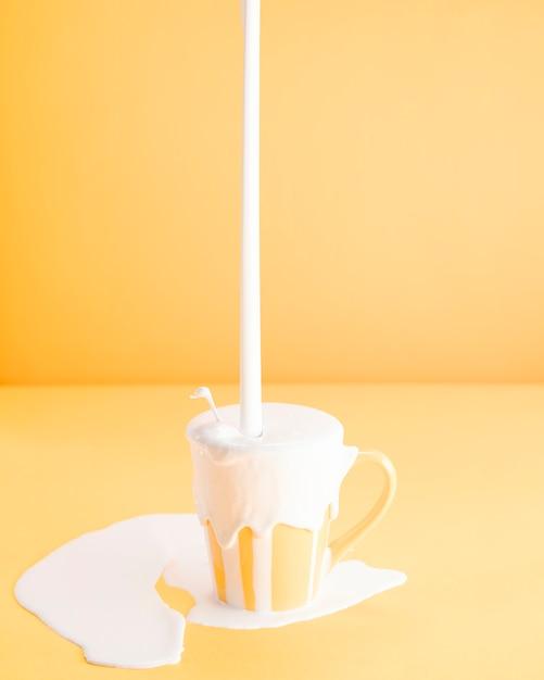 Riempire troppo latte in una tazza Foto Gratuite