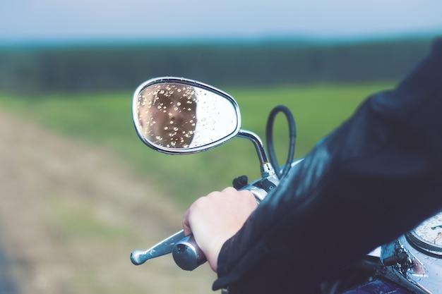 Riflessione del conducente del motociclo Foto Premium