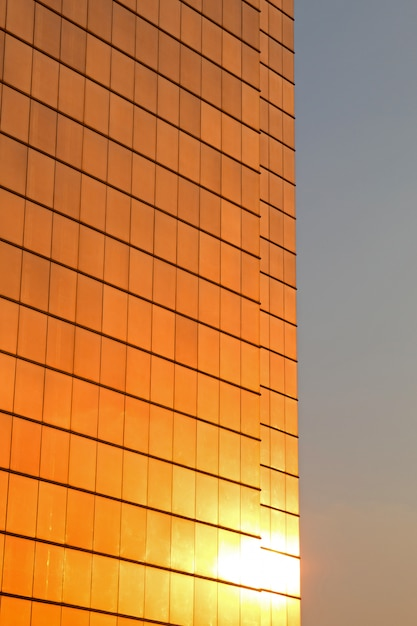 Riflessione del sole nella facciata di un grattacielo Foto Premium