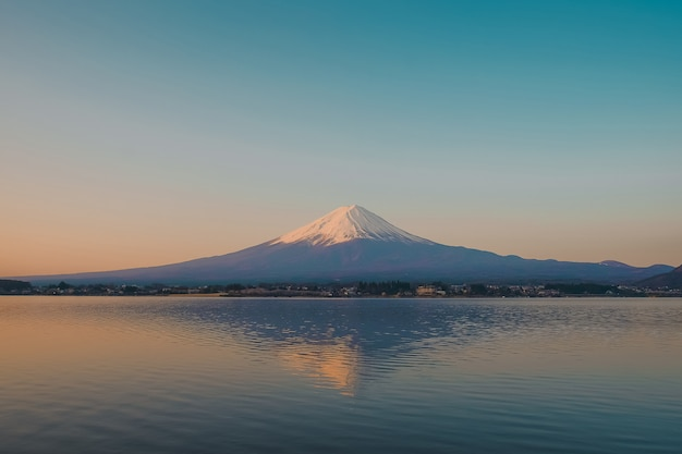 Riflessione della montagna di fuji con neve ricoperta di mattina sunrise Foto Premium