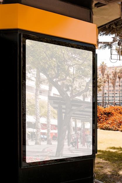 Riflessione della strada della città sul tabellone per le affissioni in bianco bianco Foto Gratuite