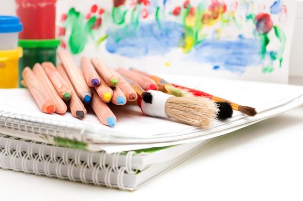 Rifornimenti di arte con matite e pennelli Foto Premium