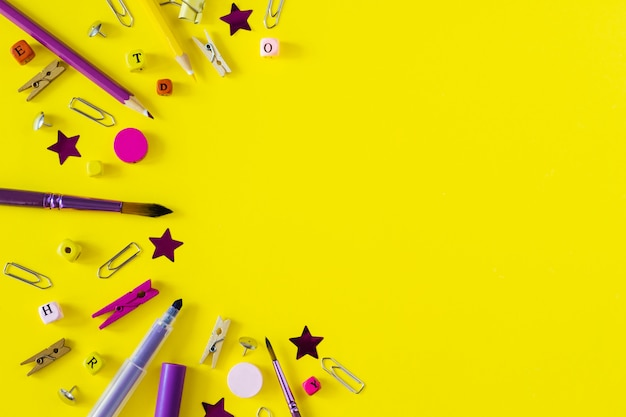 Rifornimenti di scuola multicolori su fondo giallo con lo spazio della copia. oggetti di cancelleria per lo studente moderno. torna al concetto di scuola. Foto Premium