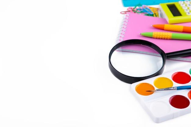 Rifornimenti di scuola variopinti isolati su bianco. di nuovo a scuola Foto Premium