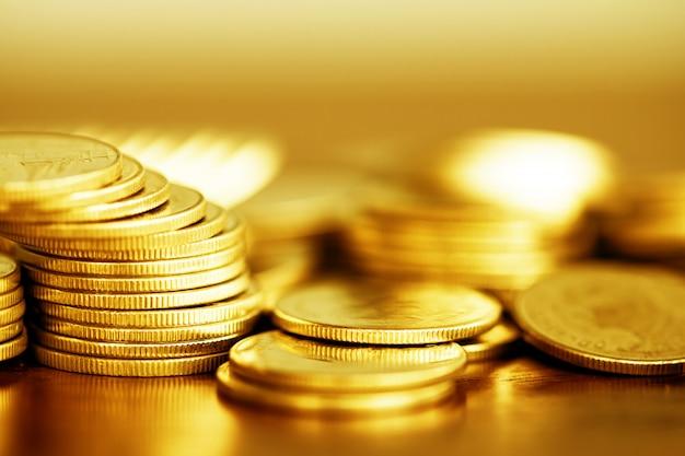Riga delle monete su priorità bassa di legno per la finanza Foto Premium