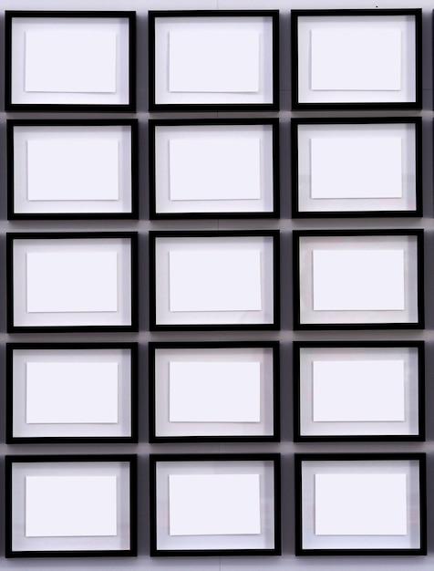 Righe di cornici nere su pareti bianche Foto Premium