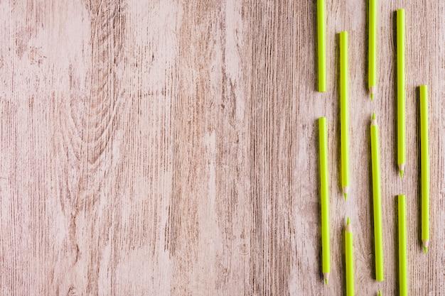Righe di matite colorate sul tavolo | Foto Gratis