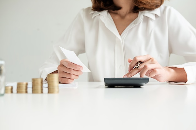 Righe di monete per il concetto di finanza e bancario con uomo e donna d'affari. una metafora della consulenza finanziaria internazionale. Foto Premium