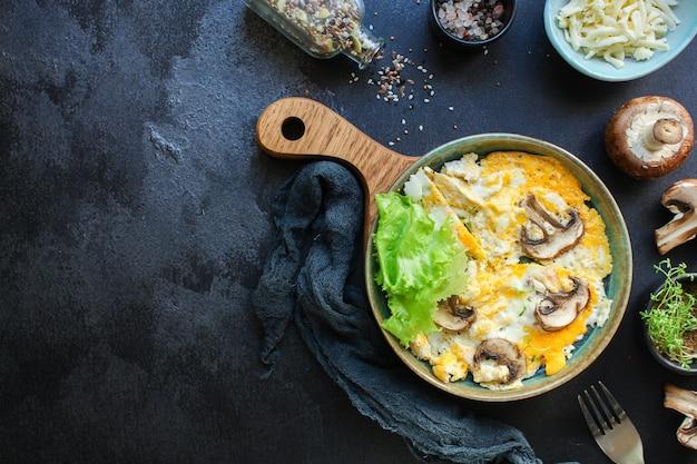 Rimescolare i funghi frittata di uova fritte Foto Premium