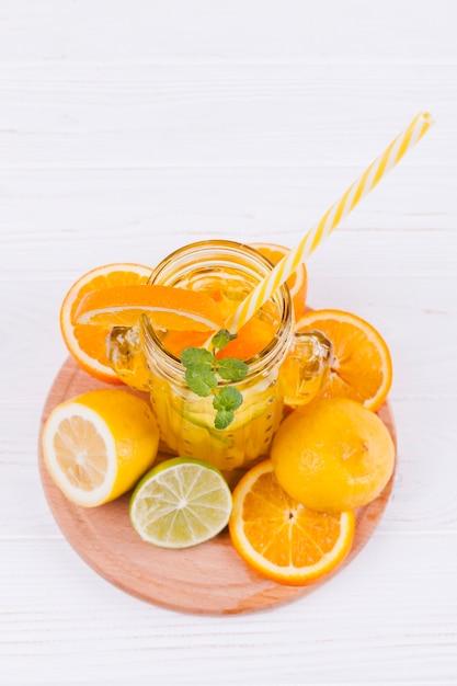 Rinfrescante bevanda agli agrumi e frutta Foto Gratuite