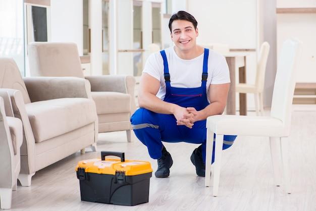 Riparatore di mobili che lavora nel negozio Foto Premium