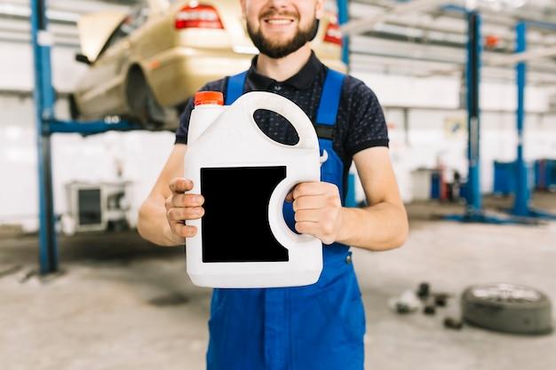 Riparatori che tengono oliatore al garage Foto Gratuite