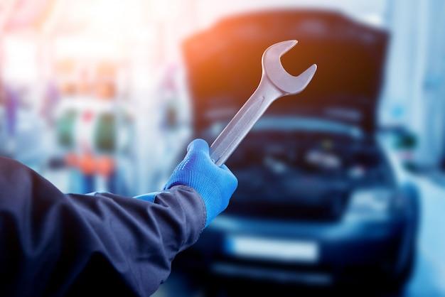 Riparazione del motore alla stazione di servizio. riparazione auto. Foto Premium