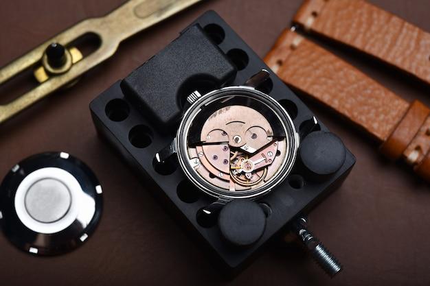 Riparazione di orologi, revisione di orologi da polso vintage e controllo del movimento meccanico dell'orologiaio. Foto Premium
