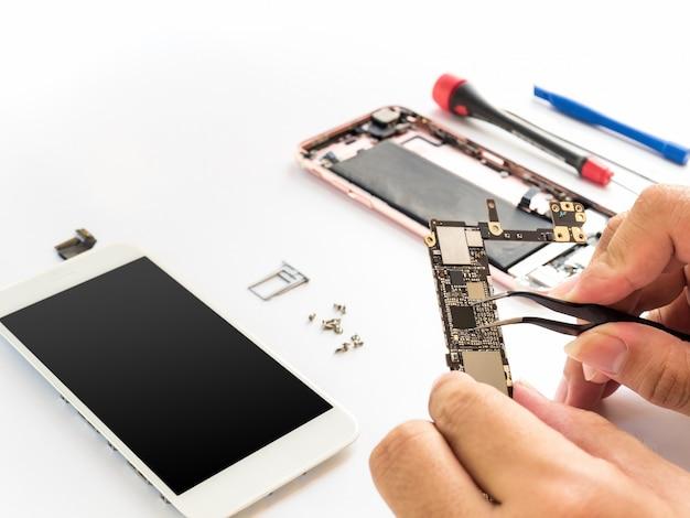 Ripari lo smartphone rotto su fondo bianco Foto Premium