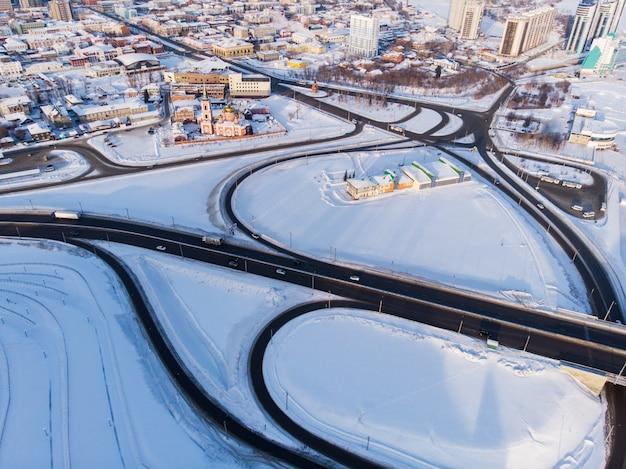 Ripresa aerea di ponte e auto guida sul ponte Foto Premium
