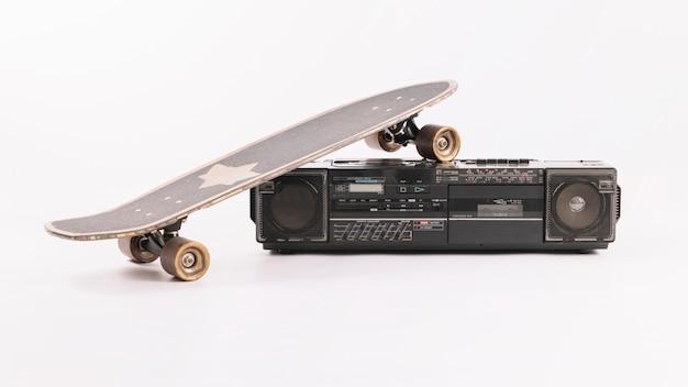 Riproduttore audio vintage con skateboard Foto Gratuite