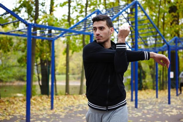 Riscaldando in autumn park Foto Premium