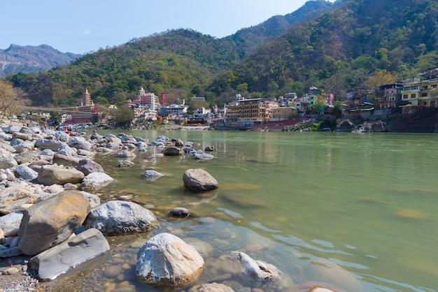 Rishikesh, città santa e meta di viaggio in india, famosa per le lezioni di yoga. cielo sereno e fiume gange trasparente. Foto Premium