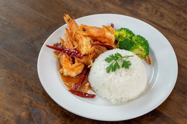 Riso al vapore con gamberi fritti nel tamarindo, cibo tailandese Foto Premium