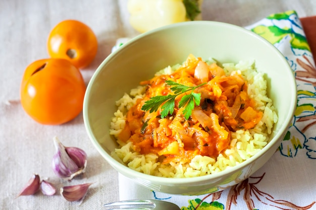Riso al vapore con verdure in umido e curcuma Foto Premium