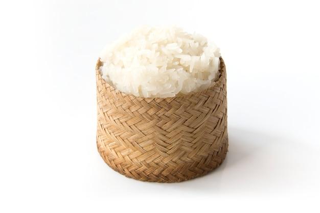 Riso appiccicoso, riso appiccicoso tailandese in una scatola di legno di vecchio stile di legno isolata su fondo bianco Foto Premium