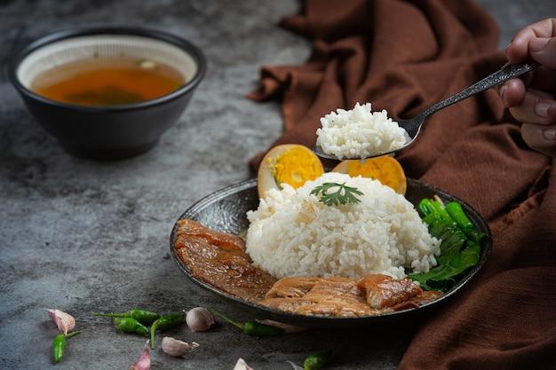 Riso con carne di maiale cinese stufato di maiale bellissimi contorni, cibo tailandese. Foto Gratuite