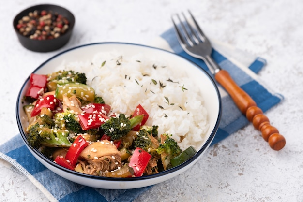 Riso con verdure in padella fritto Foto Premium