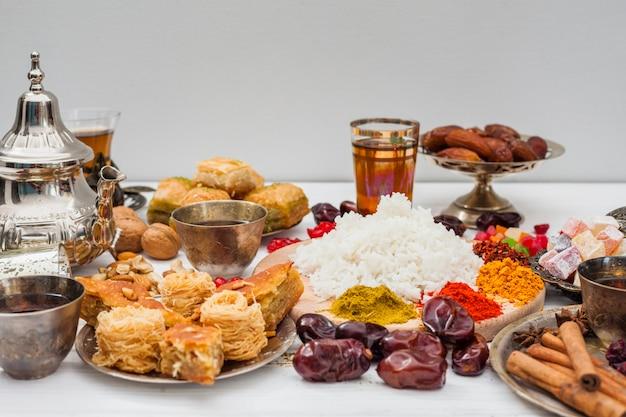 Riso cotto con spezie e dolci orientali Foto Gratuite
