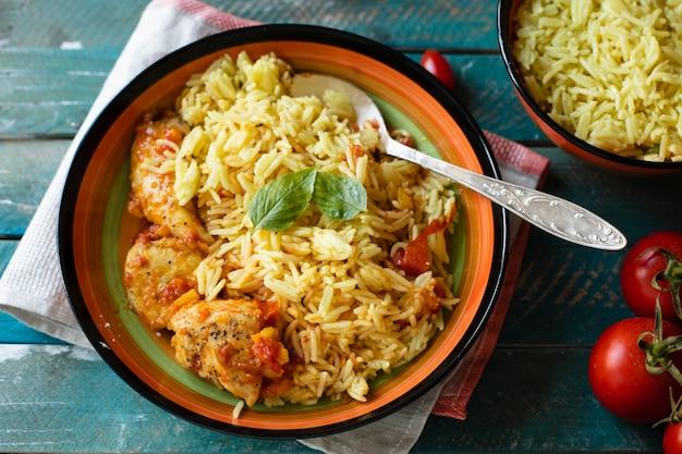 Riso delizioso con la ricetta indiana del pollo Foto Gratuite