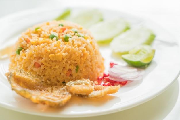 Riso fritto con pesce crudo gourami Foto Gratuite
