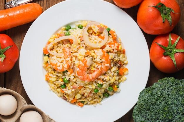 Riso fritto di pesce con gamberetti Foto Premium
