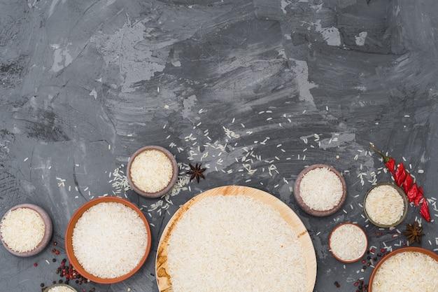 Riso; peperoncino rosso; anice stellato e granello di pepe su una superficie ruvida Foto Gratuite