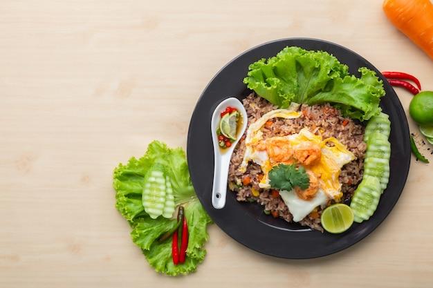 Riso sbramato fritto con gamberetto e l'uovo fritto in tailandese Foto Premium