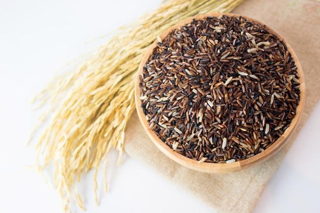 Riso sbramato sulla cima di legno di vista della pianta del riso e del piatto Foto Premium